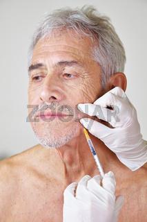 Alter Mann bei Behandlung mit Botox