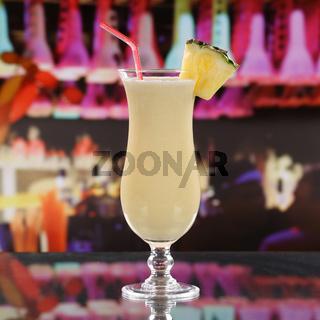 Pina Colada Cocktail in einer Bar auf dem Tresen