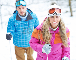 Paar im Winter macht Wanderung