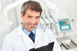 Zahnarzt mit Klemmbrett