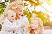 Familie mit Mutter und zwei Kindern