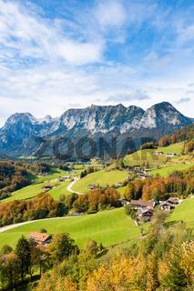 Blick oberhalb Ramsaus im Herbst auf die Bergwand mit dem Edelweisslahnerkopf und dem Schottmalhorn