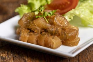 Nahaufnahme eines Cochayuyo-Salats mit Tomaten