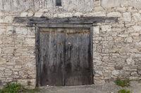 Omodos-Hausfassade mit altem Tor