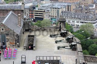 Vorbereitung zum Salut auf dem Edinburgh Castle und Stadtpanorama