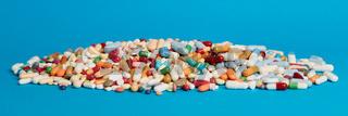 Viele bunte Medikamente als Panorama Header