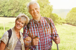 Paar Senioren wandert im Sommer