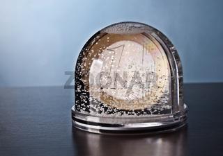 Schneekugel mit Euromünze