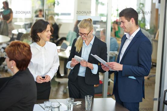 Geschäftsleute reden im Büro