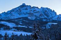 Abendschatten an einem kalten Wintertag in den Dolomiten bei Alta Badia, Dolomiten, Südtirol,Italien