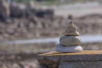 Steinmaennchen an der Côte de Granit Rose