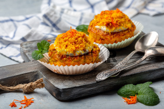 Carrot individual cakes with cottage cheese cream.