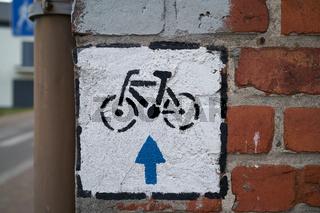 Fahrradweg im Ort Niechorze in Polen