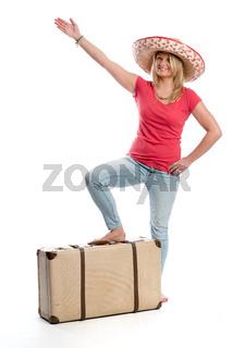 frau mit reisekoffer zeigt nach oben