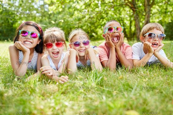 Multikulturelle Gruppe Kinder mit Sonnenbrillen