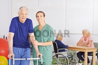 Alter Mann mit Krankenschwester im Pflegeheim