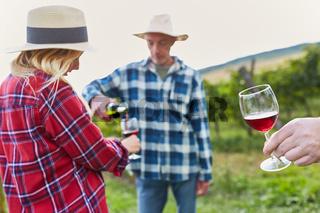 Paar bei einer Weinprobe im Weinberg