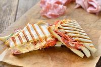 Toast aus dem Kontaktgrill mit Schinken und Salami