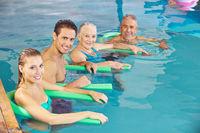 Gruppe beim Aquafitness im Schwimmbad