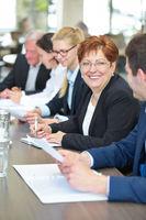 Gruppe von Geschäftsleuten in einem Meeting
