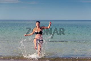 Schöne Frau in tropischem Wasser