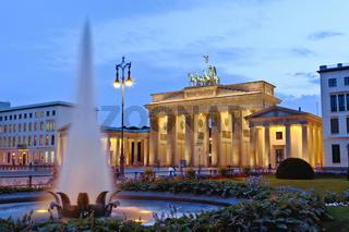 Springbrunnen vor Brandenburger Tor am Pariser Platz, Berlin, Deutschland