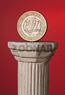 Griechische Euromünze auf Säule