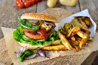 Veganer Burger mit Kartoffelspalten