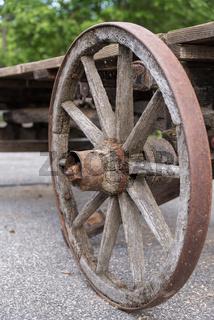 verwittertes altes Wagenrad aus Holz - Karren