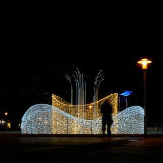 weihnachtlich dekorierter Brunnen in der Innenstadt von Magdeburg