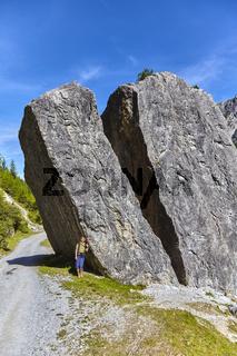Naturschauplatz: Spaltstein, mit Wanderin, Pinnistal, Neustift, Tirol, Stubaital, Österreich,'Gespal