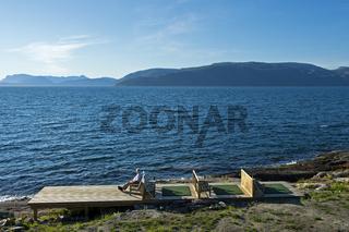 Urlauber auf einem Sonnendeck am Sognefjord