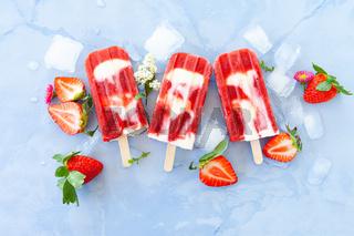 Eis am Stiel mit Erdbeeren