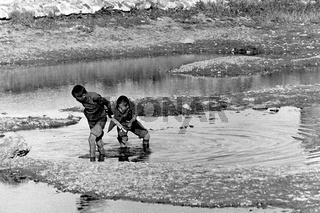Mongolische Jungen spielen im seichten Wasser des Tuul Flusses am Rande von Ulaanbaatar, Foto von 1977