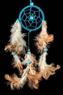 Perlenbestickter Traumfänger mit bunten Federn und Perlen vor schwarzem Hintergrund