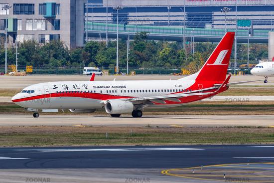 Shanghai Airlines Boeing 737-800 Flugzeug Flughafen Shanghai Hongqiao in China