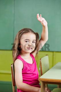 Mädchen meldet sich in Vorschule