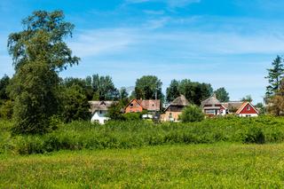 Schöne Häuser in Ahrenshop, Fischland-Darss, Mecklenburg-Vorpommern, Sommer 2020