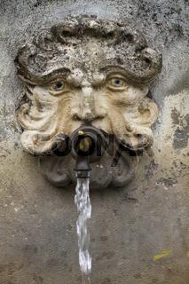 wasserspeiender Kopf