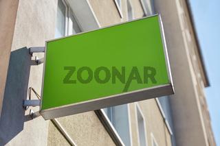 Grünes leeres Schild als Logo Mock-Up Template