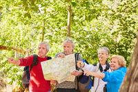 Senioren Wandergruppe mit Landkarte in der Natur
