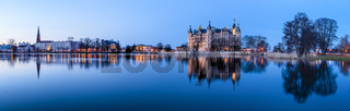 Blick ueber Burgsee auf Schloss, Schwerin