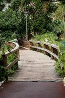 Weg mit Brücke im Park
