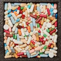 Viele bunte Medikamente und Tabletten in einer Box
