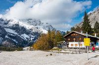 Die Wimsbachgrieshuette mit Blick auf das Hochkaltermassiv, NP Berchtesgarden, Deutschland