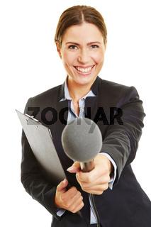 Frau mit Klemmbrett hält Mikrofon
