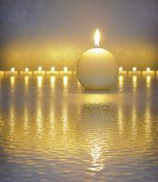 Japanischer Garten mit Kerze und Meditation
