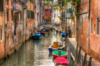Kleine Wasserstraße in Venedig