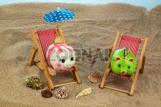 Liegestuhl mit Sparschwein und Euro
