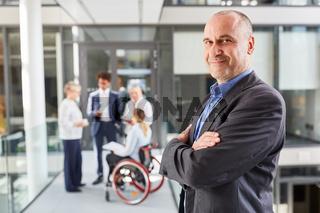Zufriedener Manager für Inklusion im Business Team